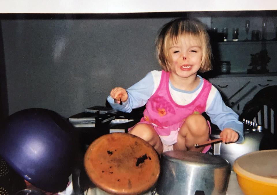 Sự thay đổi ngoạn mục của bé gái bị chồn ăn nửa mặt và ước mơ nhỏ thành hiện thực sau 15 năm-5