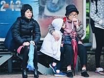 Chùm ảnh: Sau một đêm trở gió Hà Nội mưa lạnh xuống đến 17 độ C, người dân co ro ra đường