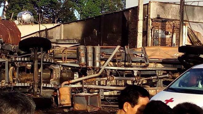 Thông tin chính thức vụ xe bồn chở xăng lao vào nhà dân khiến 6 người chết, 19 căn nhà cháy rụi-3