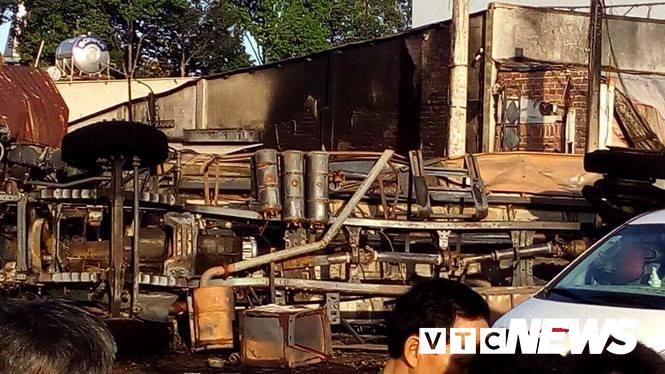 Xe bồn chở xăng lao vào nhà dân bốc cháy ngùn ngụt khiến 6 người chết: Tiết lộ nguyên nhân-1
