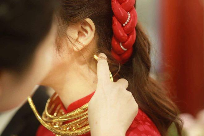 Cô dâu đeo vàng nặng trĩu trong đám cưới chi 2,5 tỷ tiền bắc rạp, trang trí 100% hoa tươi-1