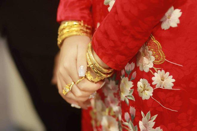 Cô dâu đeo vàng nặng trĩu trong đám cưới chi 2,5 tỷ tiền bắc rạp, trang trí 100% hoa tươi-2