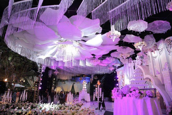 Cô dâu đeo vàng nặng trĩu trong đám cưới chi 2,5 tỷ tiền bắc rạp, trang trí 100% hoa tươi-4