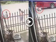 Kinh hoàng clip mẹ bất cẩn, con trai nhỏ bị xe khách chèn qua người