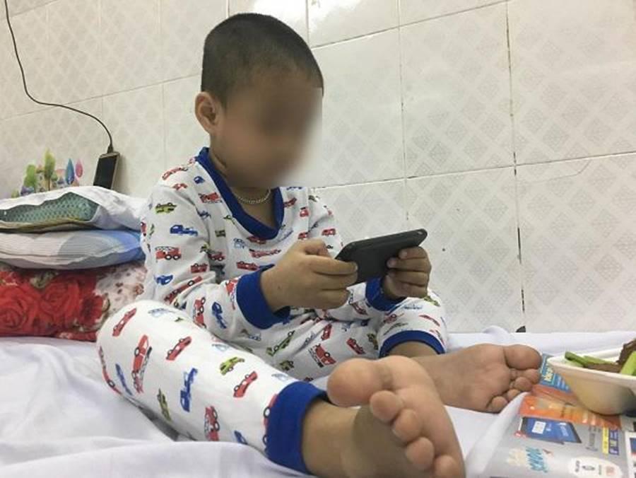 Ông bà dỗ cháu bằng điện thoại, mẹ Bình Định hốt hoảng thấy con 5 tuổi chưa biết nói-3