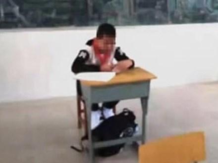 Thấy con đi học mà không có điểm thi, bố gặng hỏi mới biết cậu bé bị bắt ngồi góc lớp, cấm thi vì một nguyên nhân đáng phẫn nộ