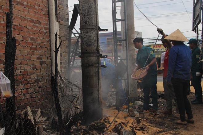Đám cháy lại bốc lên sau vụ lật xe bồn chở xăng 6 người chết ở Bình Phước-2