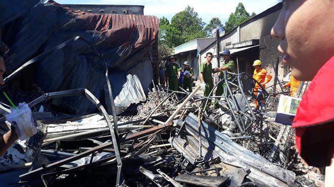 Đám cháy lại bốc lên sau vụ lật xe bồn chở xăng 6 người chết ở Bình Phước-3
