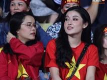 Á hậu Huyền My rạng rỡ trên khán đài SVĐ Hàng Đẫy, trực tiếp cổ vũ hết mình cho đội tuyển Việt Nam