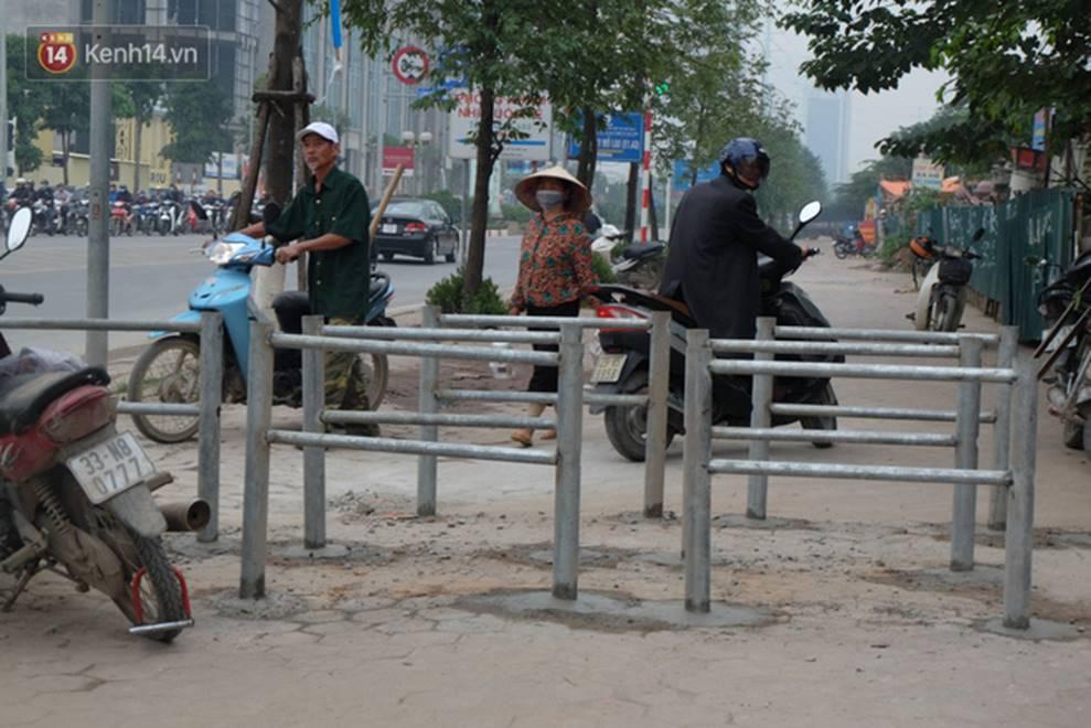 Dựng rào chắn ngăn dắt xe trên vỉa hè Tố Hữu: Bê tông chưa kịp cứng đã bị nhổ, nhiều người dân bất chấp đi ngược chiều dưới lòng đường-1