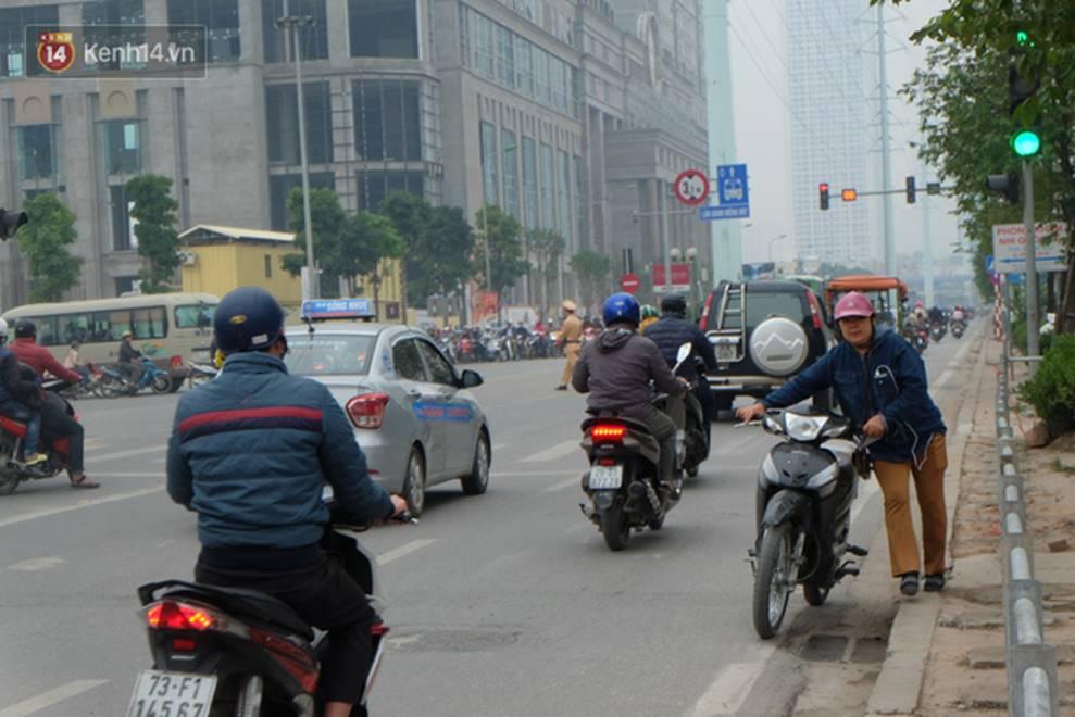 Dựng rào chắn ngăn dắt xe trên vỉa hè Tố Hữu: Bê tông chưa kịp cứng đã bị nhổ, nhiều người dân bất chấp đi ngược chiều dưới lòng đường-4