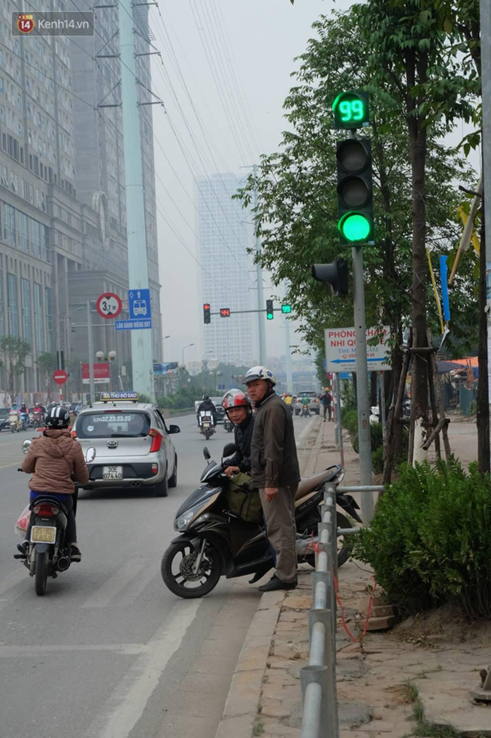 Dựng rào chắn ngăn dắt xe trên vỉa hè Tố Hữu: Bê tông chưa kịp cứng đã bị nhổ, nhiều người dân bất chấp đi ngược chiều dưới lòng đường-5