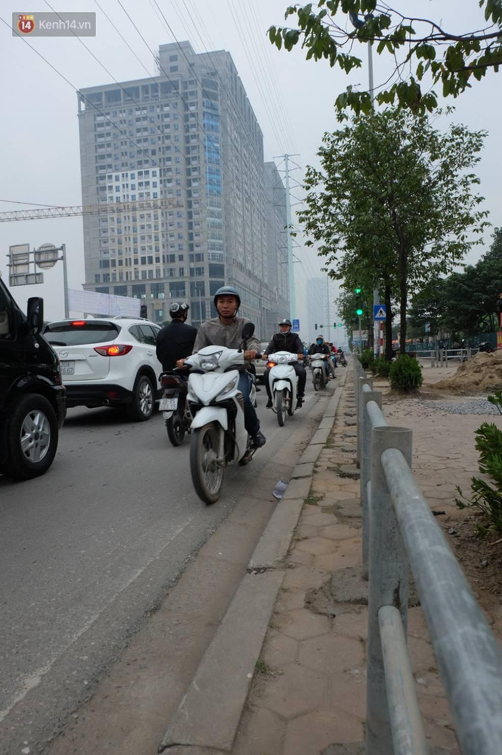 Dựng rào chắn ngăn dắt xe trên vỉa hè Tố Hữu: Bê tông chưa kịp cứng đã bị nhổ, nhiều người dân bất chấp đi ngược chiều dưới lòng đường-6