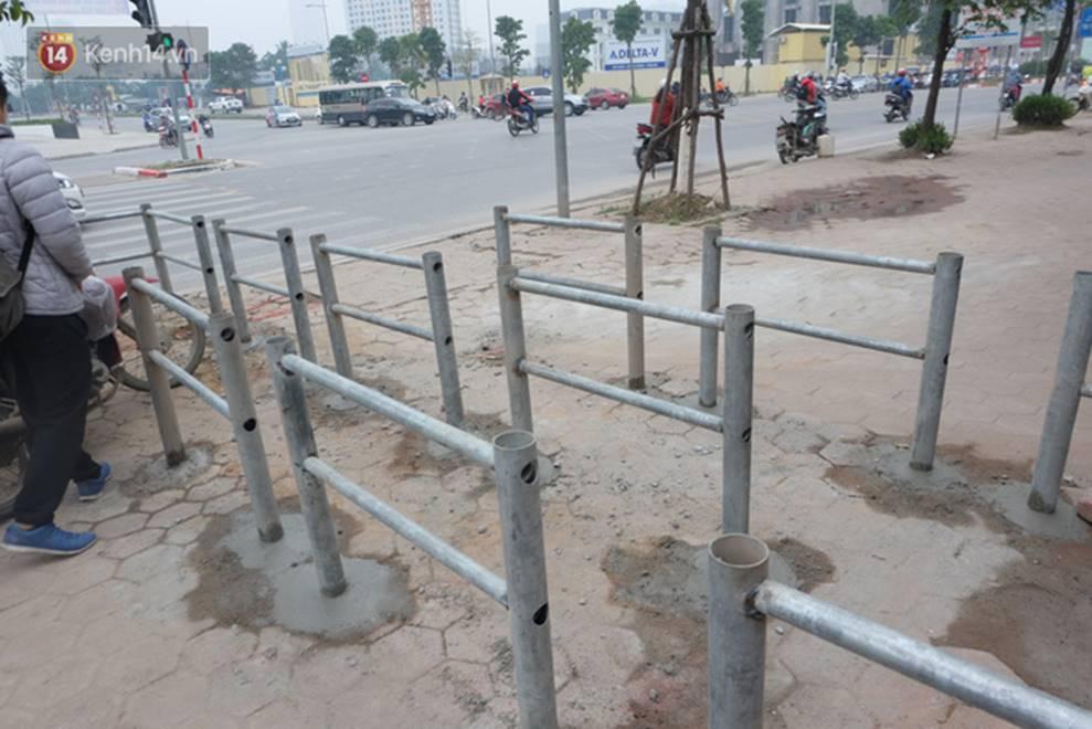 Dựng rào chắn ngăn dắt xe trên vỉa hè Tố Hữu: Bê tông chưa kịp cứng đã bị nhổ, nhiều người dân bất chấp đi ngược chiều dưới lòng đường-7
