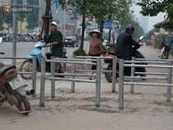 Dựng rào chắn ngăn dắt xe trên vỉa hè Tố Hữu: Bê tông chưa kịp cứng đã bị nhổ, nhiều người dân bất chấp đi ngược chiều dưới lòng đường
