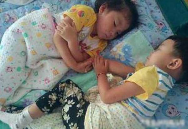 Cô giáo chụp bức ảnh trẻ ngủ đăng facebook, mẹ nhìn thấy liền lao đến trường vì điều bất thường-1