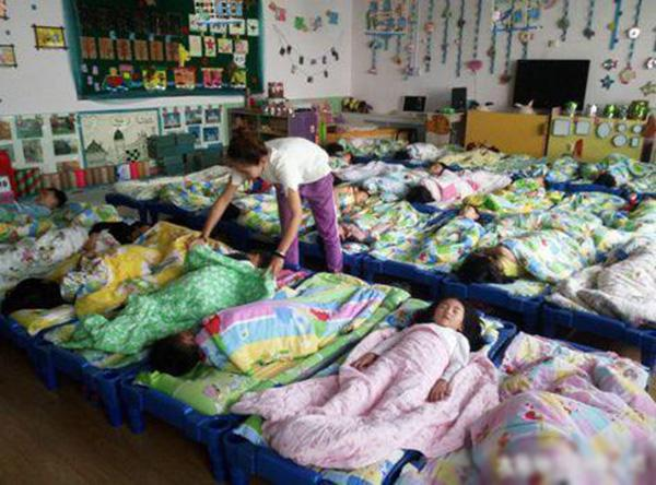 Cô giáo chụp bức ảnh trẻ ngủ đăng facebook, mẹ nhìn thấy liền lao đến trường vì điều bất thường-3