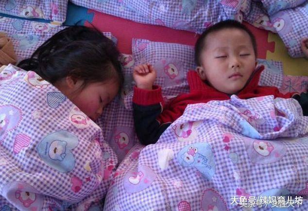 Cô giáo chụp bức ảnh trẻ ngủ đăng facebook, mẹ nhìn thấy liền lao đến trường vì điều bất thường-2