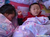 Cô giáo chụp bức ảnh trẻ ngủ đăng facebook, mẹ nhìn thấy liền lao đến trường vì điều bất thường