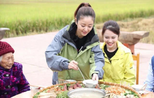 Làm từ thiện, Triệu Vy bị soi đi giày hiệu đắt gấp 10 lần giày của Lâm Tâm Như-4