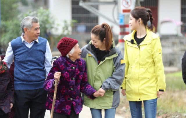 Làm từ thiện, Triệu Vy bị soi đi giày hiệu đắt gấp 10 lần giày của Lâm Tâm Như-5