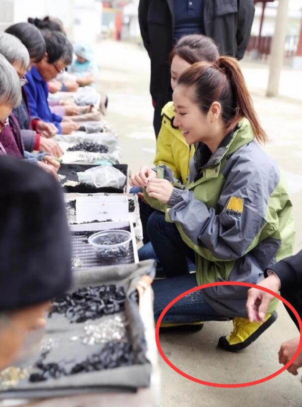 Làm từ thiện, Triệu Vy bị soi đi giày hiệu đắt gấp 10 lần giày của Lâm Tâm Như-8