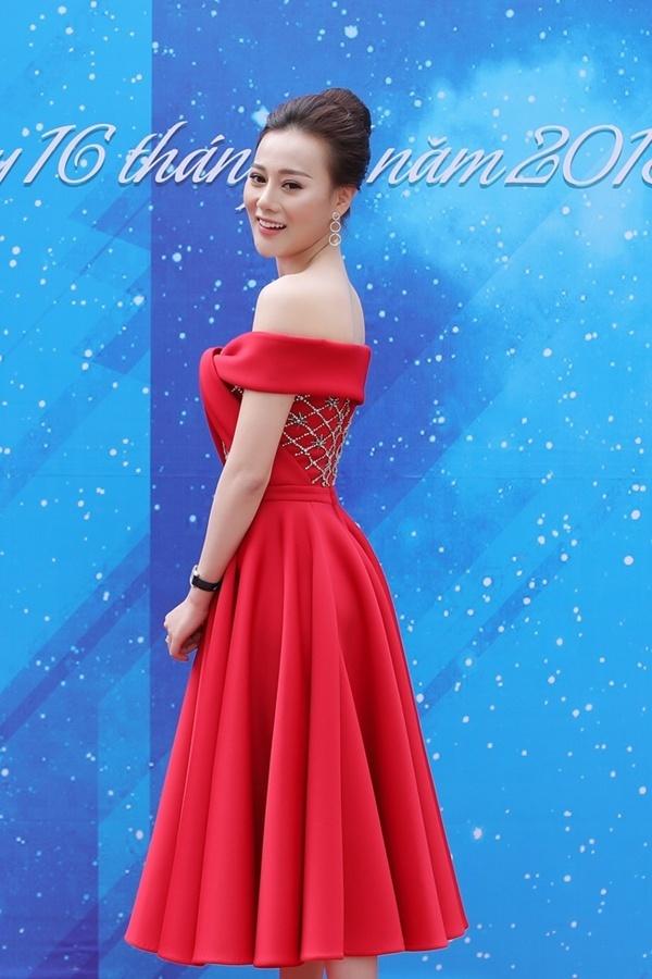 May quá, Phương Oanh tái xuất lại xinh tựa búp bê - Kỳ Duyên diện váy ngắn cũn sang chảnh như vedette-1