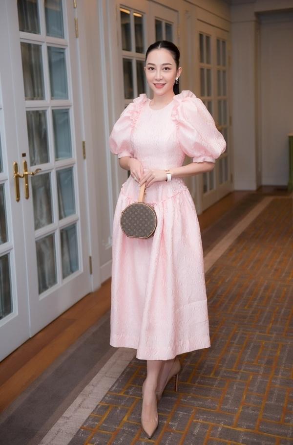 May quá, Phương Oanh tái xuất lại xinh tựa búp bê - Kỳ Duyên diện váy ngắn cũn sang chảnh như vedette-6