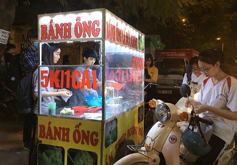 Bán bánh lạ bọc ống inox: Bám vỉa hè Hà Nội, chàng trai thu 70 triệu/tháng-6