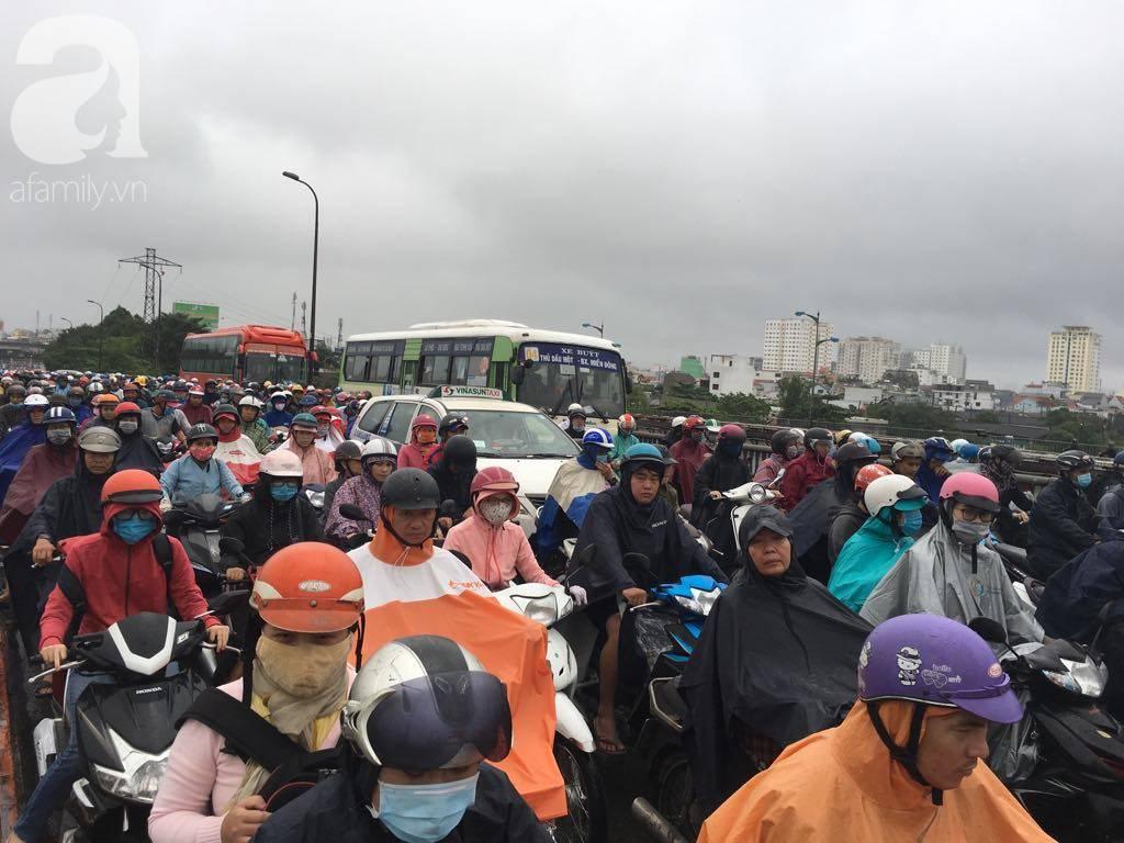 Sáng thứ 2 kẹt xe, ngập nước, xe chết máy nằm la liệt, người Sài Gòn khốn khổ sau bão số 9-1