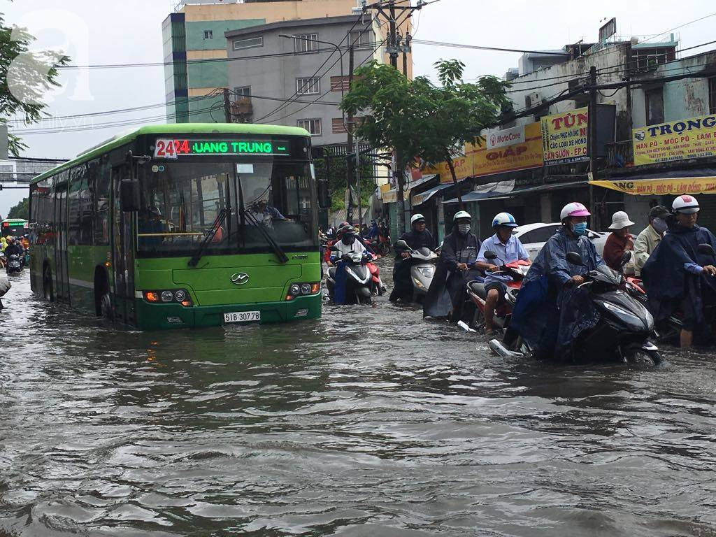 Sáng thứ 2 kẹt xe, ngập nước, xe chết máy nằm la liệt, người Sài Gòn khốn khổ sau bão số 9-5
