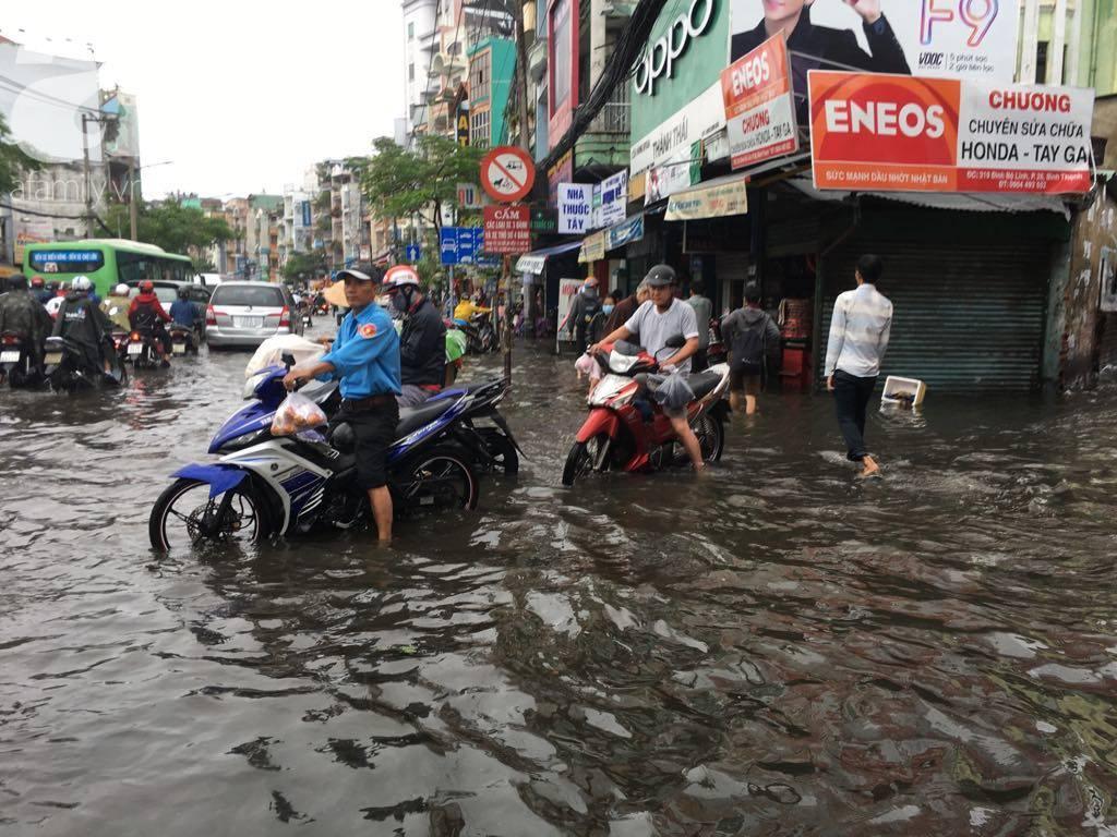 Sáng thứ 2 kẹt xe, ngập nước, xe chết máy nằm la liệt, người Sài Gòn khốn khổ sau bão số 9-6