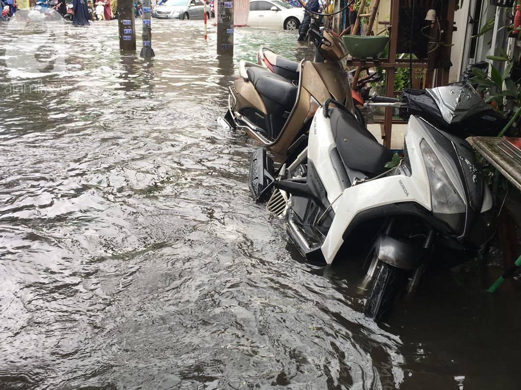 Sáng thứ 2 kẹt xe, ngập nước, xe chết máy nằm la liệt, người Sài Gòn khốn khổ sau bão số 9-7