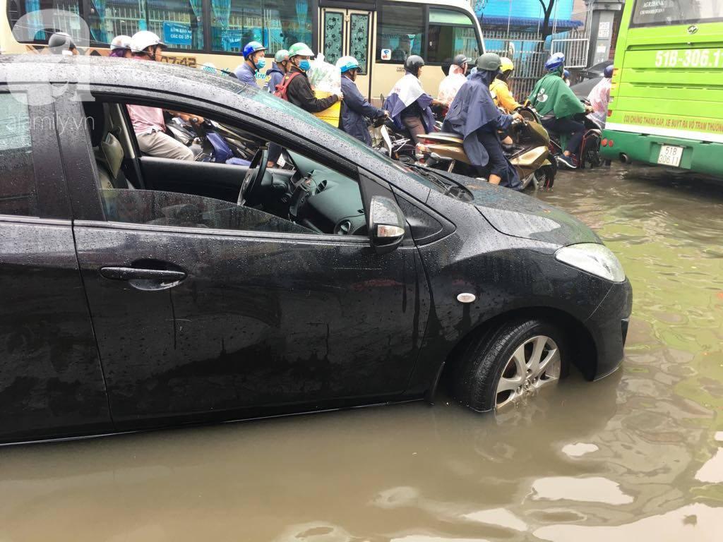 Sáng thứ 2 kẹt xe, ngập nước, xe chết máy nằm la liệt, người Sài Gòn khốn khổ sau bão số 9-8