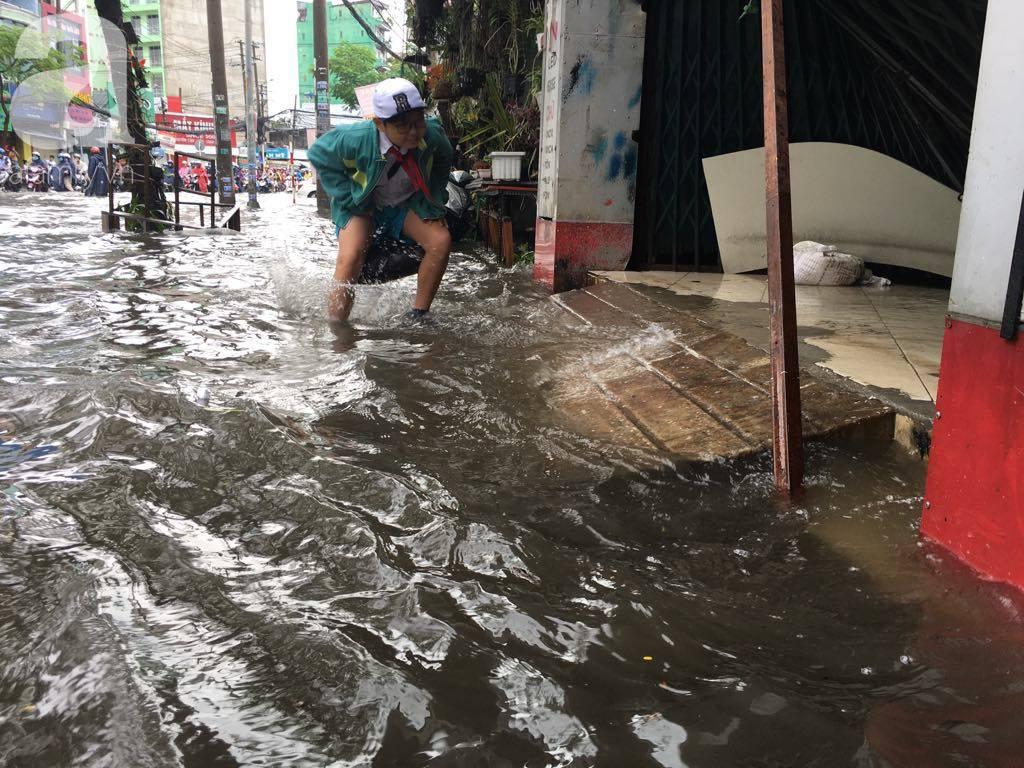 Sáng thứ 2 kẹt xe, ngập nước, xe chết máy nằm la liệt, người Sài Gòn khốn khổ sau bão số 9-10