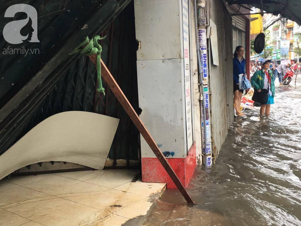 Sáng thứ 2 kẹt xe, ngập nước, xe chết máy nằm la liệt, người Sài Gòn khốn khổ sau bão số 9-12