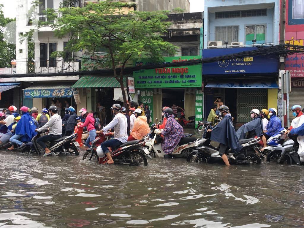 Sáng thứ 2 kẹt xe, ngập nước, xe chết máy nằm la liệt, người Sài Gòn khốn khổ sau bão số 9-13