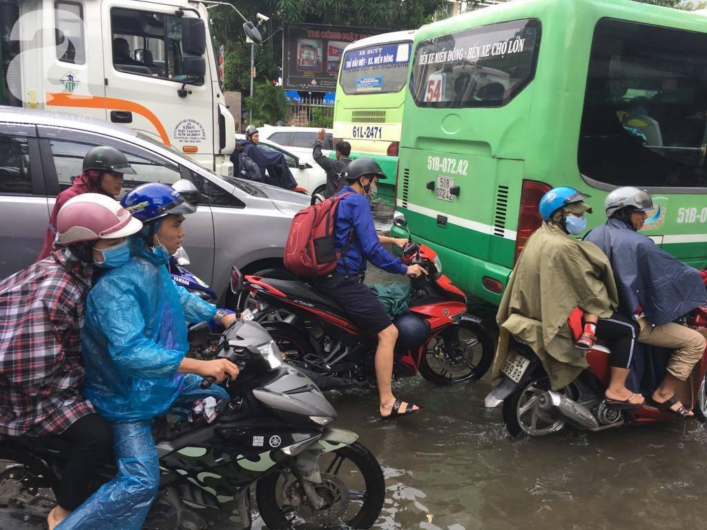 Sáng thứ 2 kẹt xe, ngập nước, xe chết máy nằm la liệt, người Sài Gòn khốn khổ sau bão số 9-14