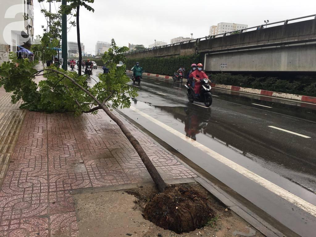 Sáng thứ 2 kẹt xe, ngập nước, xe chết máy nằm la liệt, người Sài Gòn khốn khổ sau bão số 9-16