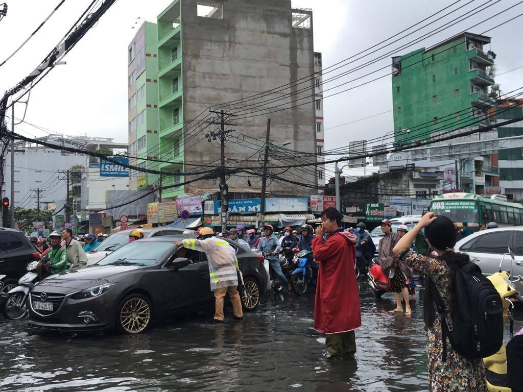 Sáng thứ 2 kẹt xe, ngập nước, xe chết máy nằm la liệt, người Sài Gòn khốn khổ sau bão số 9-19