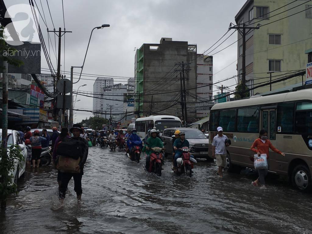 Sáng thứ 2 kẹt xe, ngập nước, xe chết máy nằm la liệt, người Sài Gòn khốn khổ sau bão số 9-21