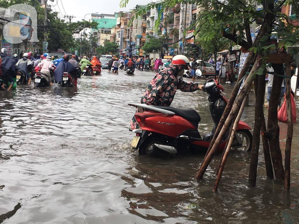 Sáng thứ 2 kẹt xe, ngập nước, xe chết máy nằm la liệt, người Sài Gòn khốn khổ sau bão số 9-22
