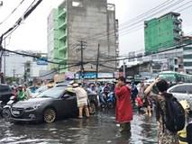 Sáng thứ 2 kẹt xe, ngập nước, xe chết máy nằm la liệt, người Sài Gòn khốn khổ sau bão số 9