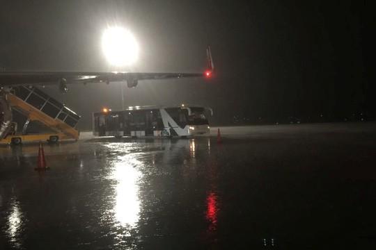 Mưa lớn ở Tân Sơn Nhất, máy bay đi TP HCM hạ cánh ở Đà Nẵng-1