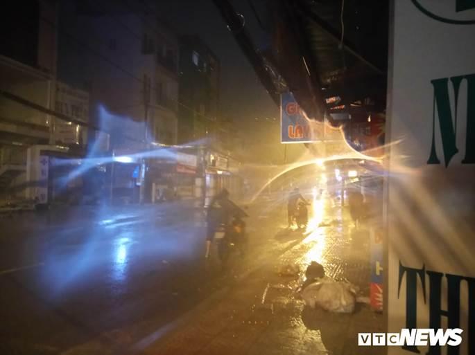 Thợ sửa xe máy kiếm bộn trong đêm mưa ngập lịch sử ở TP.HCM-1