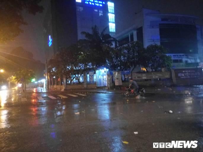Thợ sửa xe máy kiếm bộn trong đêm mưa ngập lịch sử ở TP.HCM-2