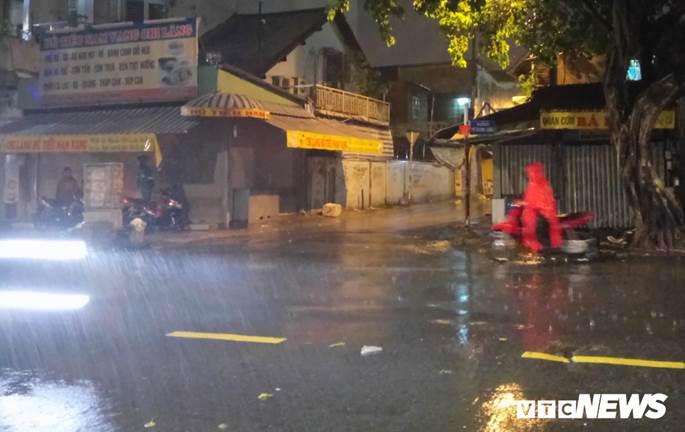 Thợ sửa xe máy kiếm bộn trong đêm mưa ngập lịch sử ở TP.HCM-3