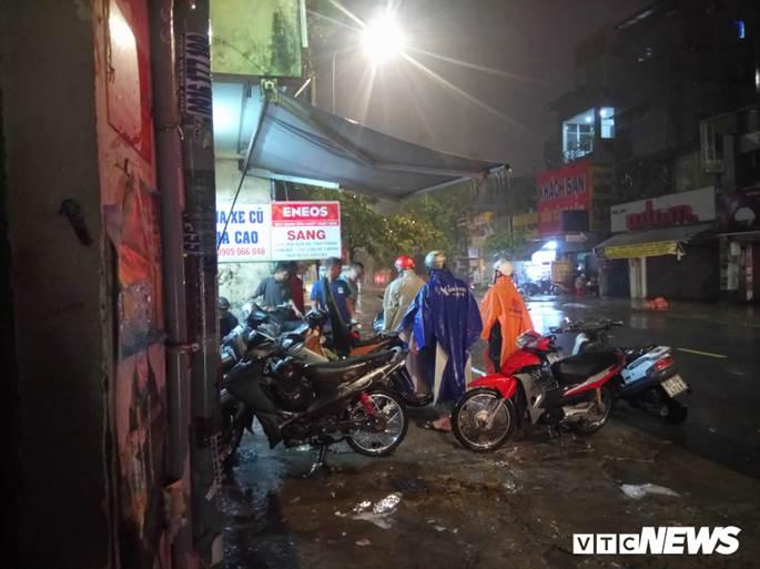 Thợ sửa xe máy kiếm bộn trong đêm mưa ngập lịch sử ở TP.HCM-4