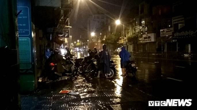 Thợ sửa xe máy kiếm bộn trong đêm mưa ngập lịch sử ở TP.HCM-5