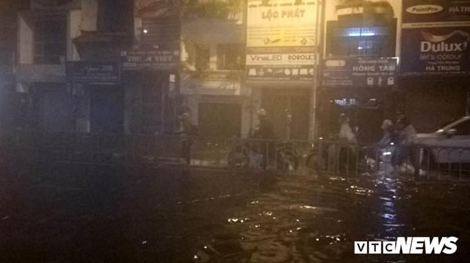 Thợ sửa xe máy kiếm bộn trong đêm mưa ngập lịch sử ở TP.HCM-6